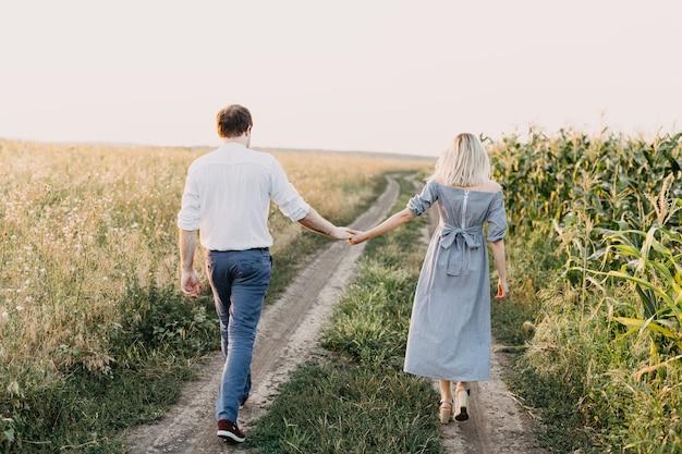 手をつないで、屋外で歩く男女のカップル