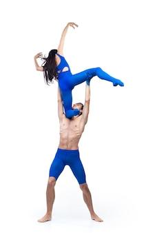 モダンダンサーのカップルは、感情の青と白の組み合わせで現代舞踊を踊ります