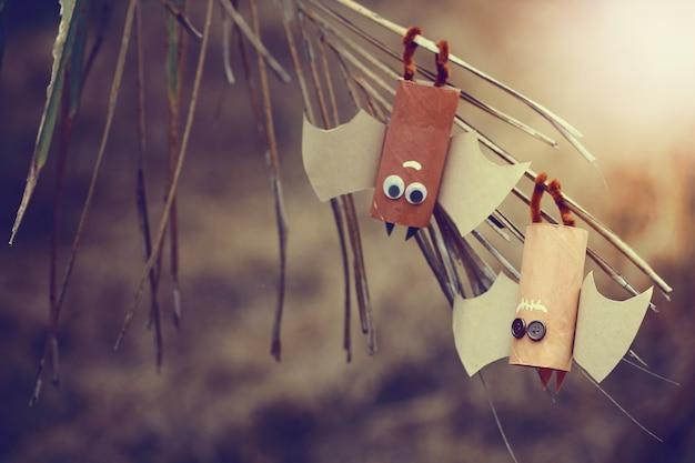 ハロウィーンの紙コウモリのカップル。ハロウィーンの概念。
