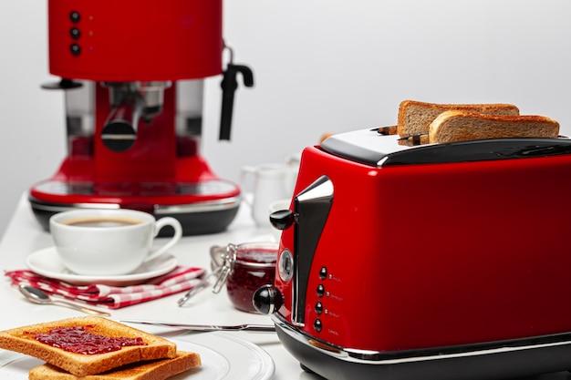 Пара готовых тостов в тостере