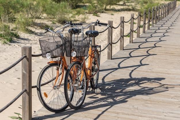 Пара рекреационных велосипедов рядом с пляжем.