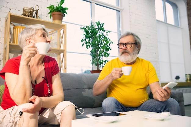 Пара пожилых людей, улыбаясь, проводить время вместе