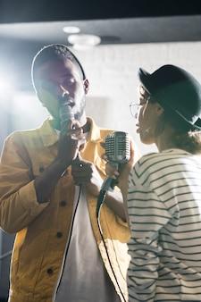 Пара певцов