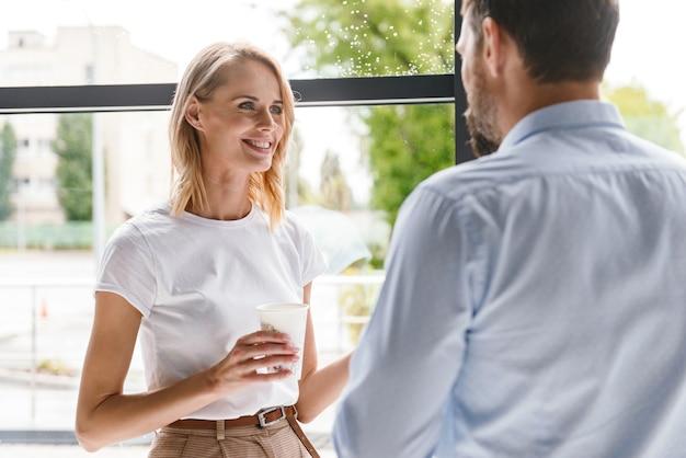 Пара улыбающихся коллег разговаривает