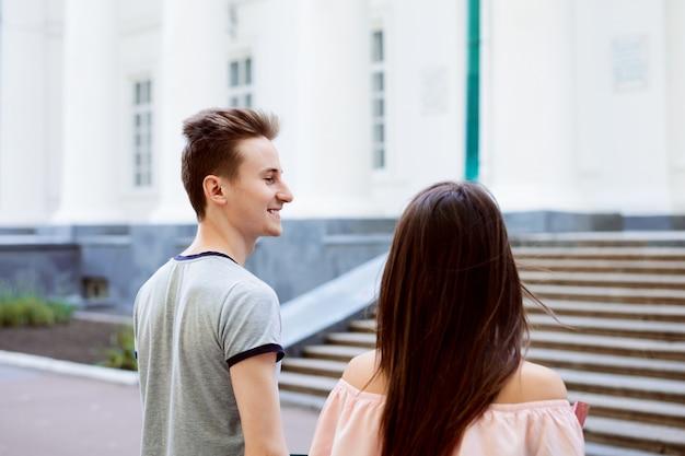 クラスに歩いている学生のカップル