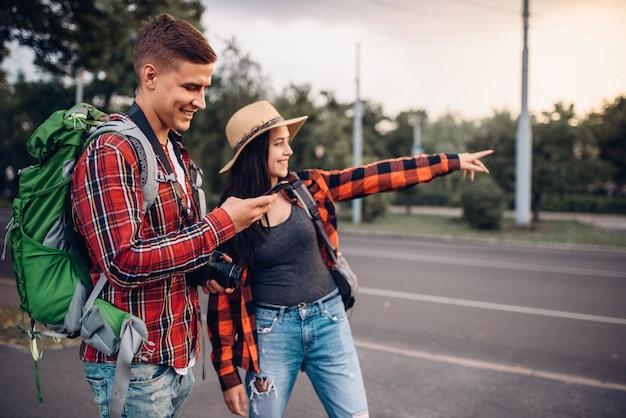 도시 명소, 도시 여행을 찾는 관광객의 커플. 여름 하이킹. 젊은 남녀의 하이킹 모험