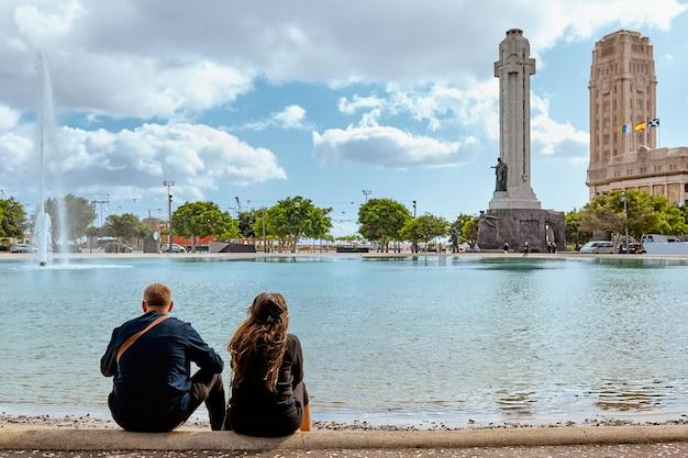 サンタクルスデテネリフェ島の広場の観光客のカップル