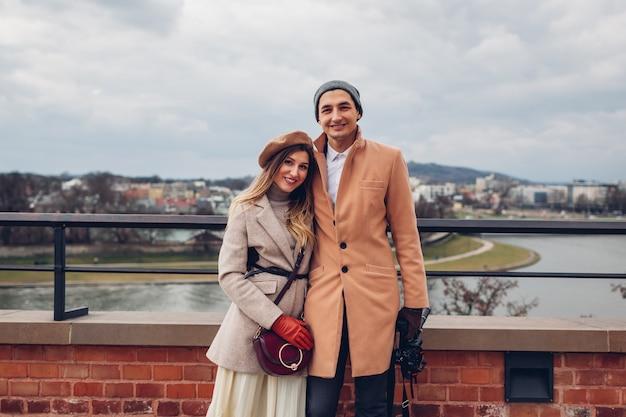 ウィルサ川の風景を楽しみながら歩く観光客のカップル。ポーランド、クラクフのヴァヴェル城からの眺め。