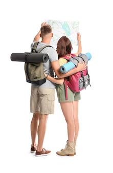 白の地図を持つ観光客のカップル
