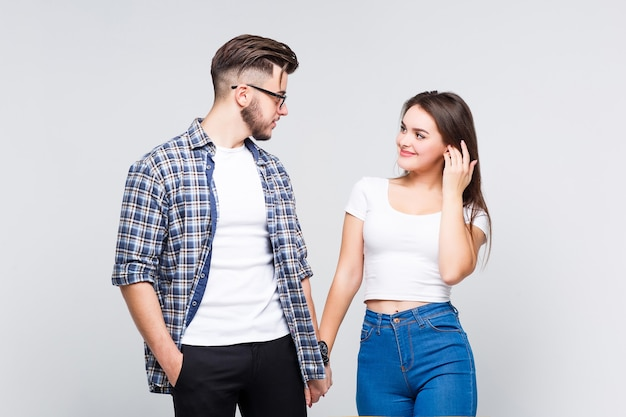 カジュアルなスタイルで着ている2人の素敵な人のカップル