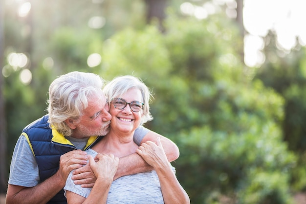 두 노인 부부가 함께 나무 또는 숲에서 포옹