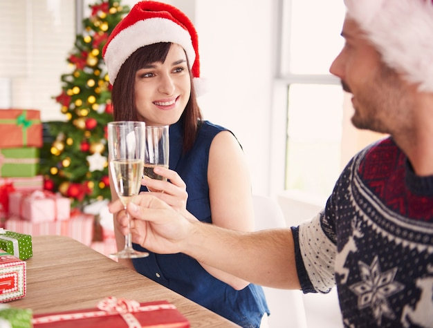 労働者のカップルはクリスマスの乾杯をしました