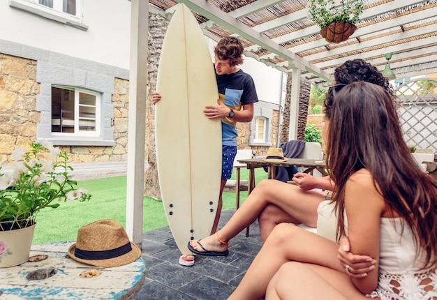 屋外で夏のサーフクラスで楽しんでいる若い美しい女性のカップル。休日のレジャーの概念。