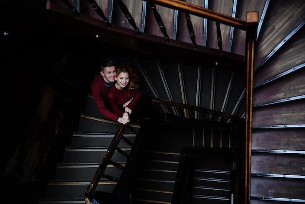 木製の階段の若い人たちのカップル