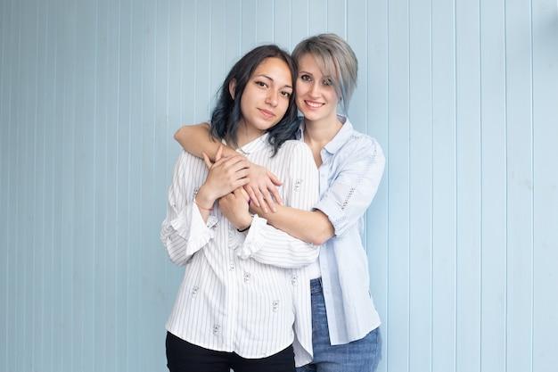 Пара молодой женщины в день святого валентина