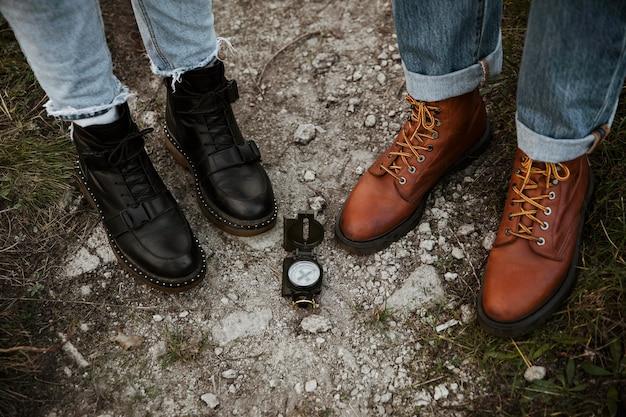 Пара в поездке вместе с компасом