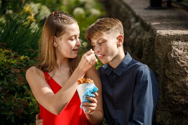 アイスクリームを食べるロマンチックなデートのカップル。