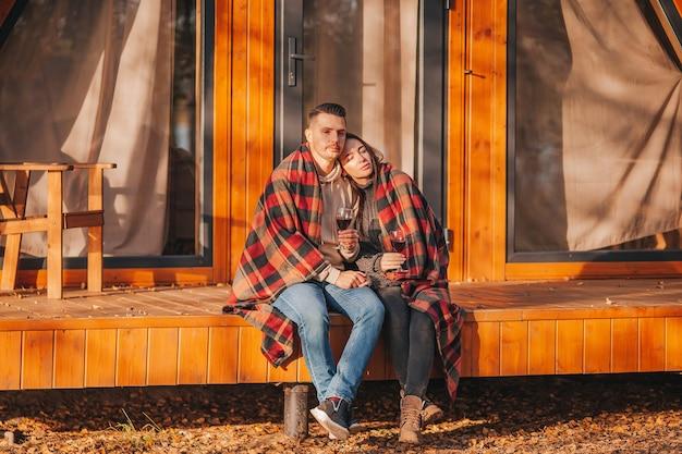 Пара в осенний теплый день на террасе своего дома
