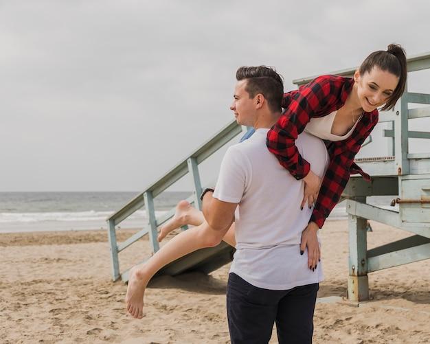 Пара на пляже позирует глупо