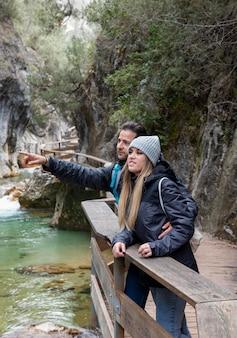 自然を探索する橋の上のカップル
