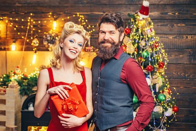 自宅でクリスマスの日にカップル