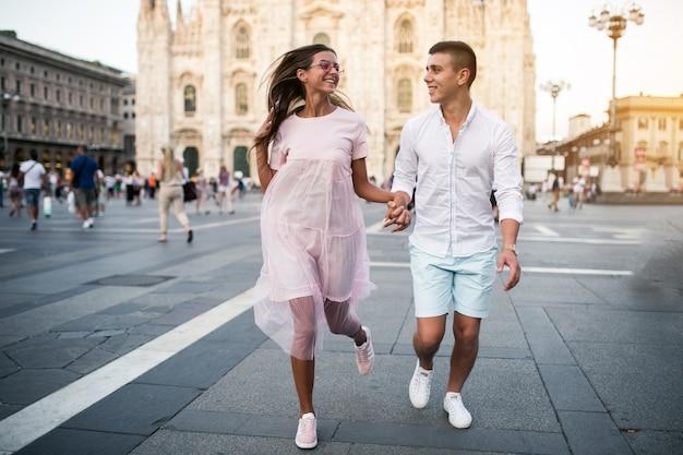 Пара в медовый месяц в милане