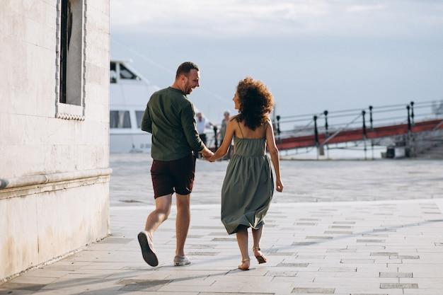 Пара в медовом месяце в венеции
