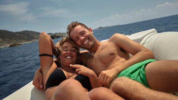 海のボートで夏休みのカップル