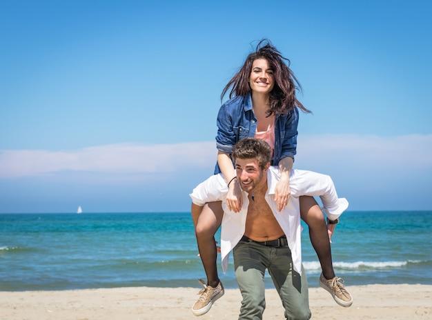ビーチでカップルします。