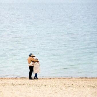 Пара на побережье смотрит на море