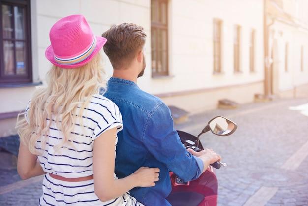 여름 날에 오토바이에 커플