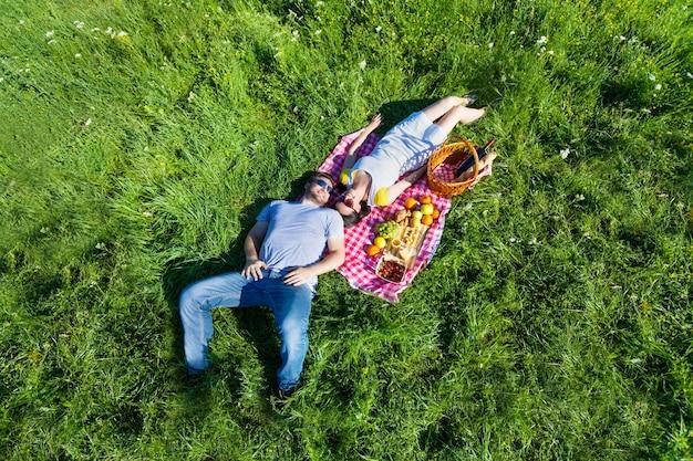 ピクニックのカップル
