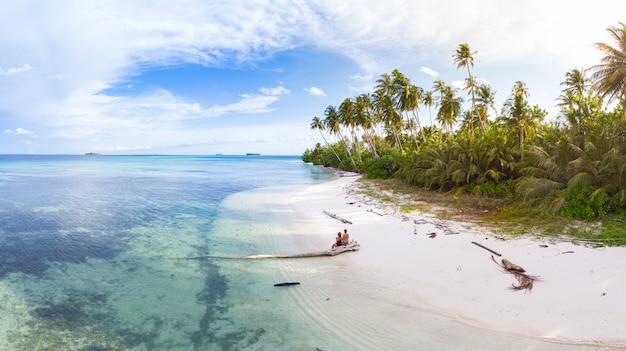Пара на тропическом пляже в tailana banyak islands суматра тропический архипелаг индонезия