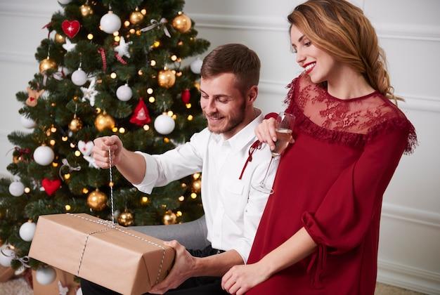 Пара, открывающая рождественский подарок