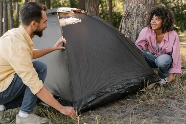 Пара на открытом воздухе, установка палатки