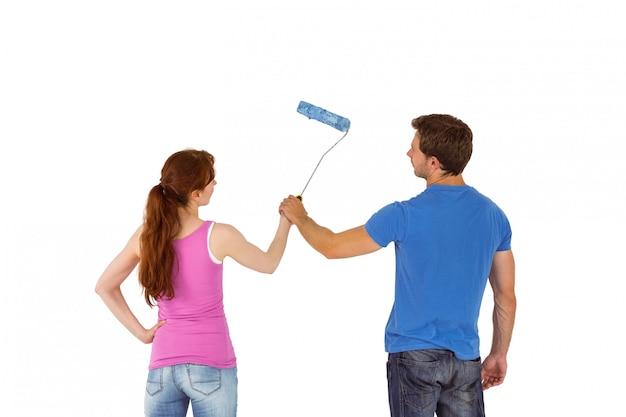Пара рисует стену вместе