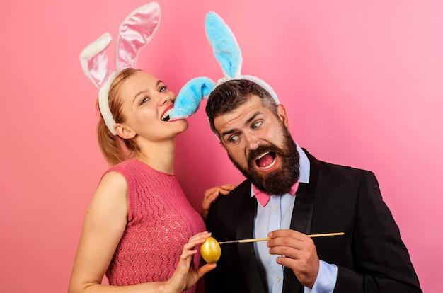 Пара красит яйца на пасху. семья празднует пасху.