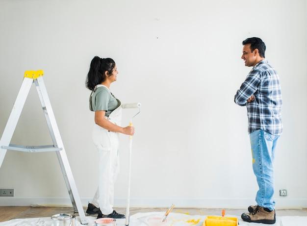 彼らの新しいアパートの壁を塗るカップル