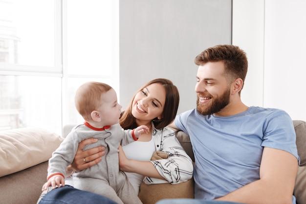 小さな子供の息子と楽しんでいるカップルの両親。