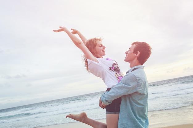 Пара людей или туристов из европы со счастливым и расслабленным временем на тропическом пляже