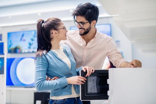 Пара выбрала микроволновку, которую они хотят купить.