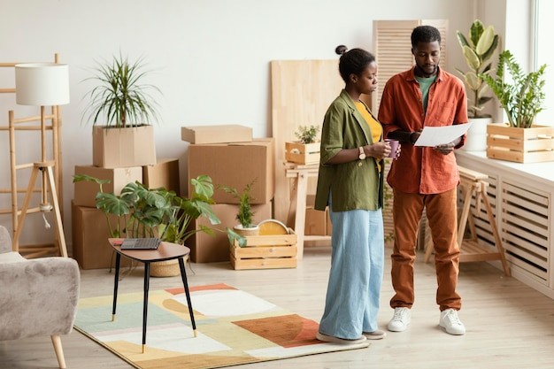 家の改装を計画しているカップル