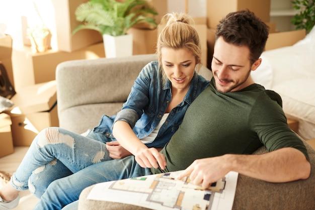 Пара планирует мебель перед распаковкой