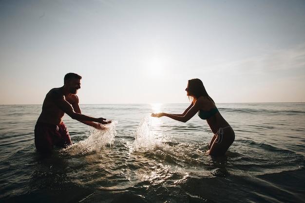 水で遊ぶカップル
