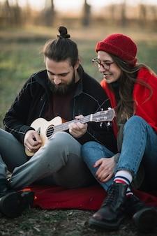 Пара играет на гитаре