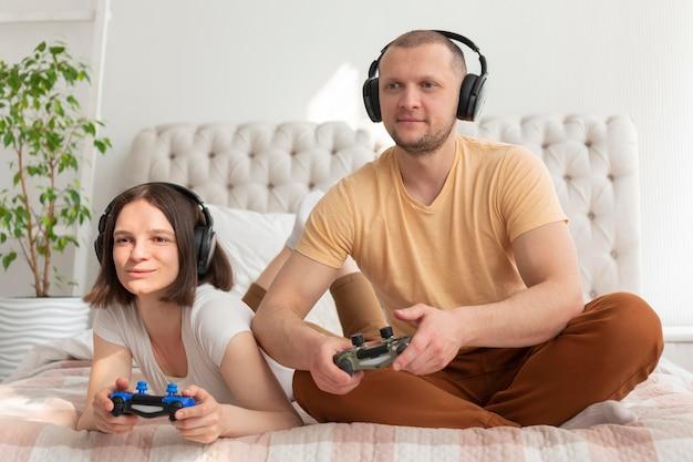 Coppie che giocano insieme ai videogiochi a casa
