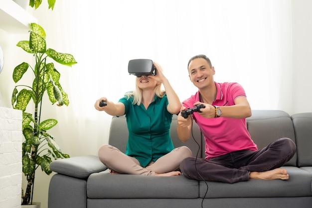 Пара, играющая в видеоигры дома