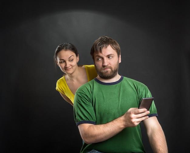 Пара, играющая со смартфоном