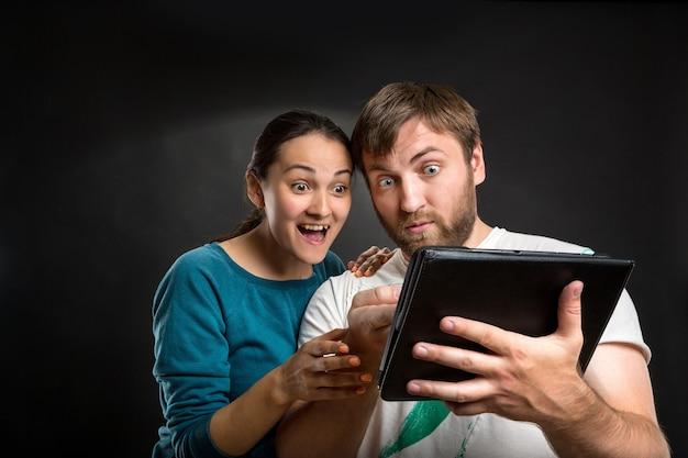 Пара играет с планшетом