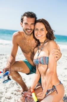 해변에서 포즈를 취하는 커플
